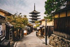 Calles viejas de la ciudad de Kyoto en el distrito de Higashiyama de Kyoto, Japón Imágenes de archivo libres de regalías