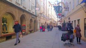 Calles viejas de la ciudad, Salzburg, Austria almacen de metraje de vídeo
