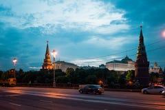 Calles viejas de Moscú en la noche puentes, el Kremlin Imagen de archivo