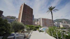 Calles y caminos de las casas de verano de Mónaco con los coches en Monte Carlo almacen de metraje de vídeo