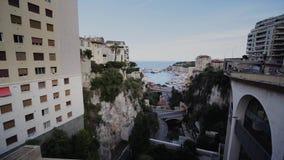 Calles y caminos de las casas de verano de Mónaco con los coches en Monte Carlo metrajes
