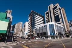 Calles y edificios de la ciudad de Curitiba Fotos de archivo