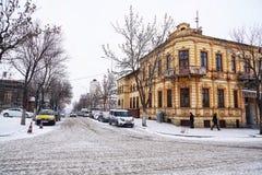Calles y edificios debajo de la nieve en la ciudad de Kars en Turquía Imagen de archivo