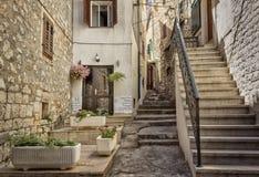 Calles y yardas de la ciudad mediterránea Croacia imagen de archivo