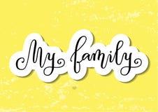 Calligrafia moderna della mia famiglia nel nero con il profilo bianco su fondo strutturato giallo decorato con i cuori rosa Immagine Stock
