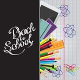 Calligrafico di nuovo all'illustrazione della scuola con l'insieme di cancelleria, compressa del computer su uno strato del quade Fotografie Stock