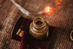calligraphic set Kalligrafipennhållaren, pennan och guldfärgpulver på tappningbakgrund med nytt år tänder Royaltyfri Bild