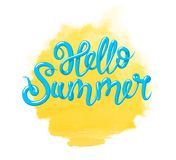 Calligraphie avec l'été d'expression bonjour et le soleil jaune d'aquarelle Lettrage tiré par la main dans 3d le style, vecteur d Photos stock