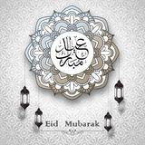 Calligraphie d'Eid Mubarak Arabic avec le modèle de cercle et la lanterne arabe accrochante Photos libres de droits