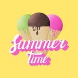 Calligraphie d'heure d'été avec la crème glacée réaliste sur le fond jaune Image stock