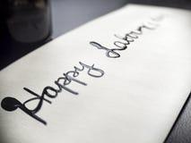 Calligraphie de travail heureuse de jour du ` s et carte postale lattering Vue gauche Photographie stock libre de droits