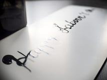 Calligraphie de travail heureuse de jour du ` s et carte postale lattering Vue gauche Photos libres de droits