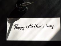 Calligraphie heureuse de jour du ` s de mère et carte postale lattering Lumière du soleil de fenêtre Photo stock