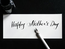 Calligraphie heureuse de jour du ` s de mère et carte postale lattering Vue supérieure Photographie stock libre de droits