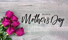 Calligraphie heureuse du jour de mère avec les roses roses illustration libre de droits
