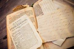 Calligraphie religieuse d'un livre romain de 300 années dans la langue latine Images libres de droits