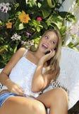 Callng del adolescente en su teléfono celular Foto de archivo libre de regalías