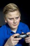 Calma adolescente usando las palancas de mando del regulador del juego Fotografía de archivo libre de regalías