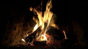 A calma confortável satisfying bonita impressionante 4k fecha-se acima do tiro do laço da chama de madeira do fogo que queima-se  filme