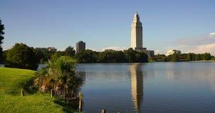 Calma do lago capitol que reflete a construção do capital de estado de Louisiana em Baton Rouge filme