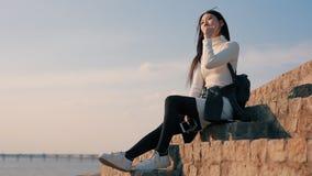 Calma e abrandamento, mulher que descansa olhando o céu video estoque