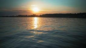 Calma en el lago sunset en el verano almacen de video
