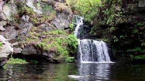 Calmando, calme la cascada durante septiembre en Escocia Las aguas de la vida almacen de metraje de vídeo