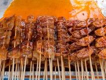 Calmar et poissons grillés sur le bâton avec de la sauce, nourriture de rue Image stock