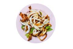 Calmar grillé avec du sel et le basilic de la dessus-vue, nourriture thaïlandaise Photos stock