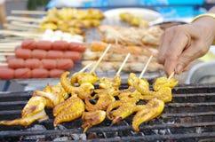 Calmar grillé sur l'autre fond grillé de nourriture Images stock
