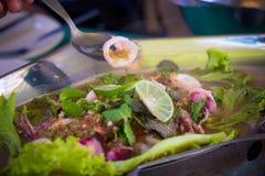 Calmars épicés bouillis avec de la salade et la chaux images libres de droits