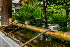 Calme au bassin de l'eau à l'entrée d'un tombeau dans Japa images stock