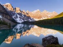 Calme et toujours lac moraine au lever de soleil Image stock