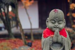 Calme mignon de tombeau de Janapese priant l'ouvrage en pierre de Bouddha photos libres de droits
