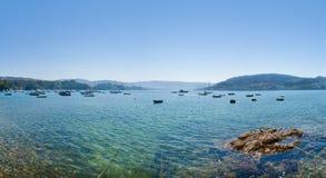Calmez le fleuve avec des bateaux Photographie stock libre de droits