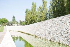 Calmi e rilassi la pietra del whith, gli alberi, il sole e il watter immagine stock libera da diritti