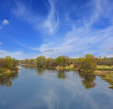 Calmness azul en el río imagenes de archivo