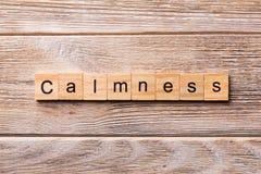 Calmness słowo pisać na drewnianym bloku calmness tekst na drewnianym stole dla twój desing, pojęcie zdjęcie royalty free
