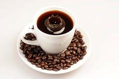 Calo nel midlle della tazza di caffè Fotografia Stock