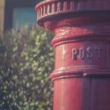 Calo rosso tradizionale della posta della scatola di colonna in una via residenziale dentro Immagini Stock