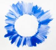 Calomnies de vernis à ongles bleu sur l'espace libre blanc Photographie stock libre de droits