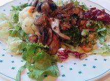 Calorías bajas de comida/Fried Mushrooms On Vegetables Imagenes de archivo