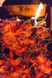 Calor de los carbones calientes fotografía de archivo