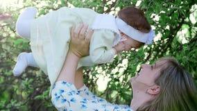 Calor dos sentimentos da mãe e da criança, sinceridade do amor vídeos de arquivo