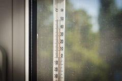 calor O termômetro que pendura fora da janela e, 40 graus Célsio verão Imagem de Stock Royalty Free