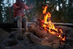 Calor por el campo del fuego en bosque Fotos de archivo libres de regalías