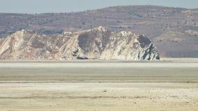 Calor a través de los grandes llanos del desierto de la sal almacen de metraje de vídeo