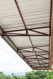 Calore dell'isolamento della stagnola d'argento sul tetto del soffitto Immagini Stock