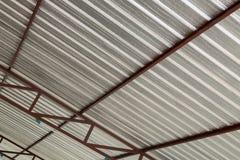 Calore dell'isolamento della stagnola d'argento sul tetto del soffitto Fotografia Stock Libera da Diritti