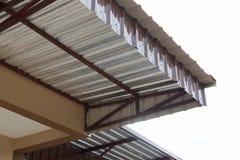 Calore dell'isolamento della stagnola d'argento sul tetto del soffitto Immagini Stock Libere da Diritti